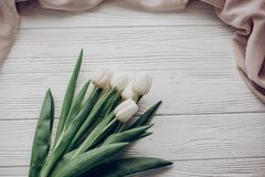 Bonjour configuration d'appartement de ressort tulipes blanches élégantes et fabri doux beige Images libres de droits