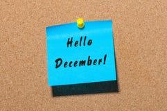 Bonjour décembre écrit sur le papier bleu goupillé au panneau d'affichage de liège avec l'espace vide pour le texte Ève, Noël et  Image stock