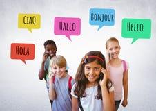 Bonjour dans différentes langues causez les bulles apprenant avec des enfants Image libre de droits