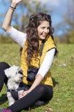 Bonjour et sourire de ondulation de photographe de jeune femme heureux images libres de droits