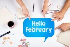 Bonjour février La réunion à la table blanche de bureau Photographie stock libre de droits