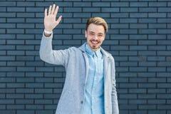 Bonjour, gentil de vous voir Portrait de jeune homme blond beau heureux dans le style occasionnel se tenant avec le sourire tooth images stock