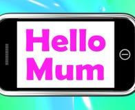 Bonjour la maman au téléphone montre le message et meilleurs voeux Photographie stock