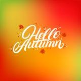 Bonjour lettrage écrit par main d'automne avec les feuilles en baisse de jaune et d'orange Photo stock