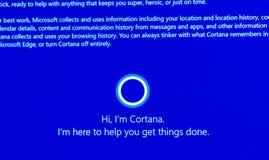 Bonjour, ` m Cortana - message d'I sur l'affichage d'ordinateur pendant les fenêtres 10 Images libres de droits