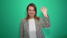 Bonjour, bonjour, main de ondulation de femme, accueil au fond vert d'isolement clips vidéos