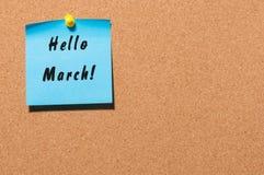Bonjour mars - note avec le texte goupillé au panneau d'affichage de liège Avec l'espace vide Le ressort commencent le concept Image libre de droits