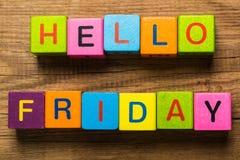 Bonjour message de vendredi écrit sur des cubes Photos stock
