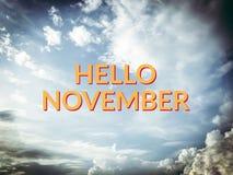 Bonjour mot jaune de novembre sur le fond de ciel et de nuage photographie stock libre de droits