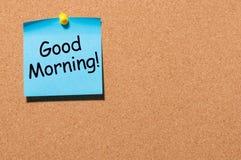 Bonjour souhaite dans la note goupillée au corkboard de bureau avec l'espace vide le texte, la maquette ou le calibre Photo stock