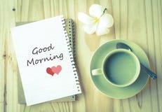 Bonjour sur la tasse de thé de papier et vert Photographie stock libre de droits