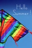 Bonjour texte témoin d'été avec le cerf-volant coloré lumineux Photographie stock