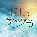 Bonjour typographie d'été sur le fond de plage brouillé par soleil illustration de vecteur