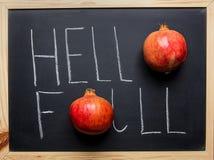 Bonjour typographie de lettrage de main d'automne avec les grenades rouges mûres sur le tableau noir Thanksgiving de récolte d'au Image libre de droits