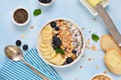 Bonjour ! Un petit déjeuner léger de yaourt et de granola photos stock