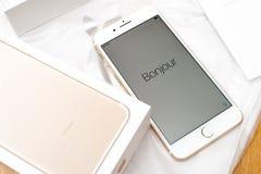 Bonjour unboxing de double appareil-photo plus d'IPhone 7 dans des langues diverses Photos libres de droits