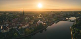 Bonjour Wroclaw ! Vue aérienne de matin du ³ W Tumski de réveil Ostrà photographie stock