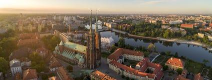 Bonjour Wroclaw ! Vue aérienne sur Ostrow Tumski, rivière et ponts images stock