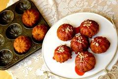 Bonkreta marchwianego torta muffins z lodowaceniem i dokrętkami Zdjęcia Royalty Free