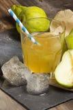 Bonkreta miękki napój z kostkami lodu na drewnianym nieociosanym tle Zdjęcie Stock