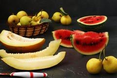 Bonkrety, arbuz i melon, lokalizują na ciemnym tle obrazy stock