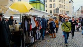 Bonn, Allemagne, 23 d'octobre 2017 : Vente de l'usage sur le marché aux puces au centre de Bonn banque de vidéos