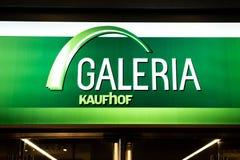 BONN, DEUTSCHLAND 17 12 Firmenlogo 2017 über Eingang von Speicher Galeria Kaufhof eine deutsche Kaufhauskette lizenzfreie stockbilder