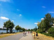 BONN - 13 juli: mensen in het park in Bonn, Duitsland die langs de Rijn-rivier lopen royalty-vrije stock fotografie