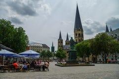 Bonn marknadsfyrkant med den medeltida kyrkan den Bonn domkyrkan, staty royaltyfri bild