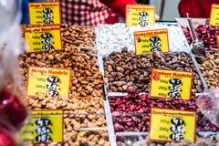 Bonn Niemcy 17 12 2017 bożych narodzeń wprowadzać na rynek w starym miasteczku Sprzedaje tradycyjnych cukierki Koblenz zdjęcie royalty free