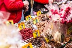 Bonn Niemcy 17 12 2017 bożych narodzeń wprowadzać na rynek w starym miasteczku Sprzedaje tradycyjnych cukierki Koblenz obraz royalty free