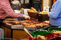 Bonn Niemcy 17 12 2017 imbiss sprzedaje karmowego mięso i kiełbas Tradycyjnych boże narodzenia wprowadzać na rynek nocą zdjęcia stock