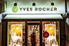 BONN, NIEMCY 17 12 2017 ludzi wizyty Yves Rocher kosmetycznego sklepu Yves Rocher zakładał w 1959 obraz royalty free