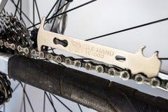 Bonn Niemcy, Marzec, - 29, 2019 Bicyklu narz?dzie dla mierzy? rozci?gliwo?? rowerowy ?a?cuch, widoczny rowerowy ko?o, szprychy i  fotografia stock