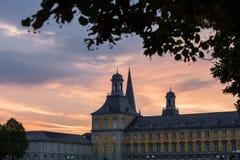 Bonn Tyskland universitetbyggnad i aftonen Arkivfoton