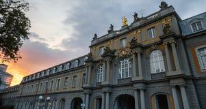 Bonn Tyskland universitetbyggnad i aftonen Royaltyfria Bilder
