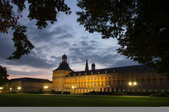 Bonn Tyskland universitetbyggnad i aftonen Royaltyfri Bild