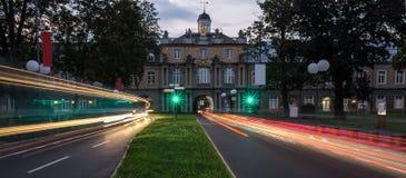 Bonn Tyskland universitetbyggnad och trafikljus i evenien Arkivbilder