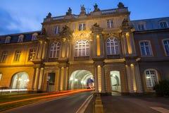 Bonn Tyskland universitetbyggnad och trafikljus i evenien Arkivfoton