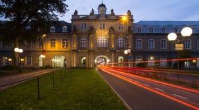 Bonn Tyskland universitetbyggnad och trafikljus i evenien Royaltyfri Fotografi