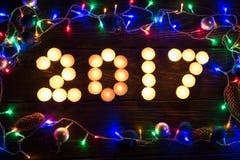 Bonne année 2017 écrite avec les bougies brûlantes Photo stock