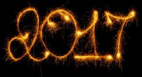 Bonne année - 2017 avec des cierges magiques sur le noir Photo libre de droits