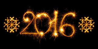 Bonne année - 2016 avec des flocons de neige faits par des cierges magiques sur le noir Photo libre de droits
