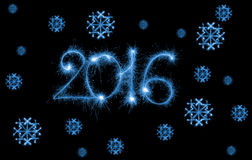 Bonne année - 2016 avec des flocons de neige faits par des cierges magiques sur le noir Photographie stock