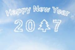 Bonne année 2017 et nuage d'arbre de Noël sur le ciel Image libre de droits