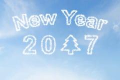 Bonne année 2017 et nuage d'arbre de Noël sur le ciel Image stock