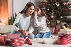 Bonne année ! Fille et maman Image stock