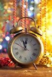 Bonne année - horloge sur le fond brillant Photo stock