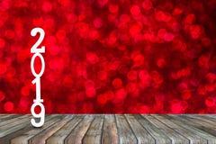 Bonne année nombre coupé en bois 2019 de célébration sur le montage en bois de table de perspective images libres de droits