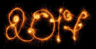Bonne année - 2017 ont fait par des cierges magiques sur le noir Images libres de droits